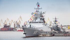 Stoikiy-Kriegsschiff auf Neva, Steregushchy-Klasse Korvette Lizenzfreies Stockfoto