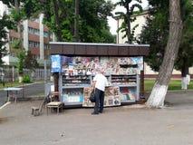 Stoisko z gazetami dla sprzedaży gazety i magazyny fotografia stock