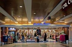 stoisko z gazetami lotniskowy zakupy zdjęcia royalty free