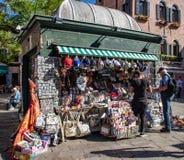 Stoisko z gazetami na ulicach Wenecja fotografia stock