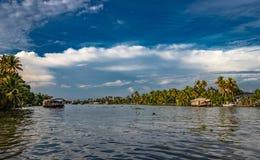 Stojąca woda widok z niebieskim niebem i drzewkiem palmowym obrazy stock