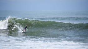 Stojący w górę paddle internu surfuje fala zdjęcia royalty free