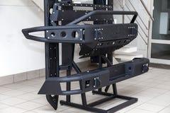 Stojak dla demonstracji samochodowego ciała elementy wzmacniający dla drogi i robić metal, tak jak zderzak, kroki i czarny grille zdjęcia stock