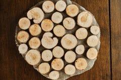 stojak robić drewniani okręgi w brązie Drewniany tło zdjęcie stock