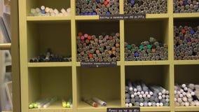 Stojak z piórami, ołówki, markiery w sklepie zdjęcie wideo