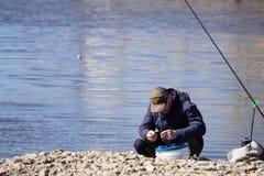 Stojak z różnorodnymi połowów prąciami w sporta sklepie salowym - Berezniki na 17 może 2018 fotografia royalty free