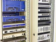 Stojaki z sieć routerami i zmianami Obrazy Royalty Free