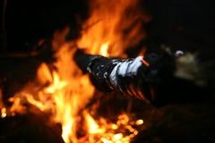 Stok die uit een brand porren Stock Foto's