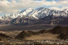 Stok Kangri en la ciudad de Leh Imágenes de archivo libres de regalías