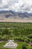 Stok Kangri et vallée fertile d'Indus de monastère de Shey, Leh Image stock