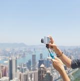 Stok met de camera in de handen van het meisje op de achtergrond royalty-vrije stock foto's