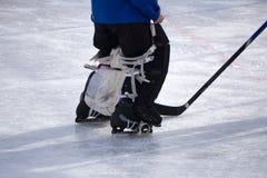 Stok van het ijshockey de Goalie geschotene slapshot begin stock afbeelding