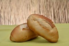 Stokbrood op de lijst wordt geroosterd die stock foto