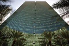 Stokc bild av en abstrakt byggnad med palmträd Royaltyfri Bild