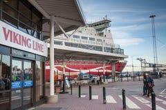 STOKCHOLM, SWEDEN-OCTOBER 26: Promu Viking linia cumuje przy cumowaniem w mieście Sztokholm, Szwecja PAŹDZIERNIK 26 2016 Fotografia Royalty Free