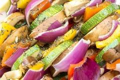 Stokken met gezonde groenten klaar aan grill Stock Afbeelding