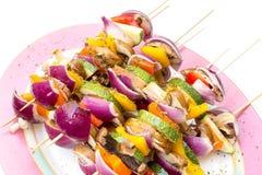 Stokken met gezonde groenten klaar aan grill Stock Afbeeldingen
