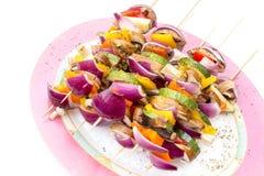 Stokken met gezonde groenten klaar aan grill Stock Foto