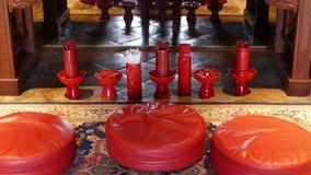 Stokken met voorspellingen in oosterse tempel Vazen met de traditionele die naad-Si stokken van de fortuinteller op vloer binnen  stock video