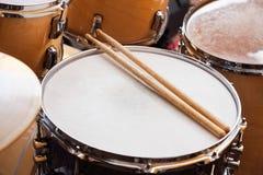 Stokken op Trommel in Opnamestudio royalty-vrije stock foto's