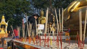 Stokken van de mensen de Lichte Wierook met Rook in Boeddhistische Tempel thailand Pattaya stock footage