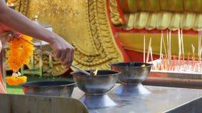Stokken van de mensen de Lichte Wierook met Rook in Boeddhistische Tempel thailand Pattaya stock video