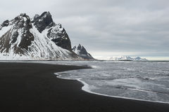 Stokksnes halvö-, Vestrahorn berg och den svarta sandhavkusten fodrar, Island Arkivfoto