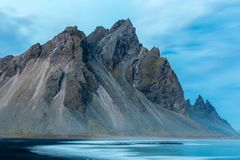 Stokksnes und der Süd-Island schöne Berg und die Landschaft Vestrahorn lizenzfreie stockbilder