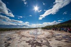 Stokkur, Islândia - 20 de julho de 2015: Turistas que esperam a erupção, Stokkur, lugar surpreendente no círculo dourado perto de Fotografia de Stock Royalty Free