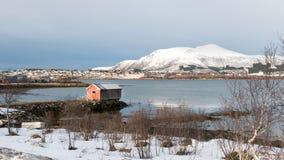 Stokmarknes och Hadsel kanal i Norge i vinter Royaltyfri Fotografi