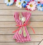 Stokrotka kwiaty w Czerwonych Białych, Błękitnych kolorach jako Partyjnego zaproszenia Karciany Kłaść na i Obraz Royalty Free