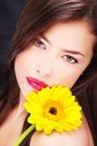 stokrotki s naramienny kobiety kolor żółty zdjęcie royalty free