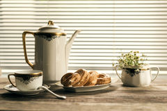 Stokrotki w rocznika bielu wazach uroczyście ustawienie tabeli Zdjęcie Stock