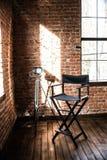 Stol för direktör` s ljus för reflektorlampa från fönstret som är sol- arkivfoto