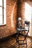 Stol för direktör` s ljus för reflektorlampa från fönstret som är sol- royaltyfri bild