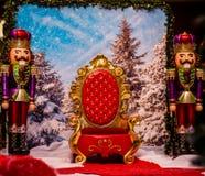 Stol för jultomten` s tillsammans med två leksaksoldater Arkivfoton