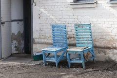 Stol för två blått nära den öppna dörren Royaltyfria Foton