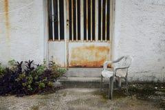 Stol i övergiven husgård fotografering för bildbyråer