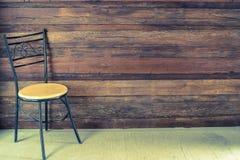 Stol i ett tomt rum Arkivbilder