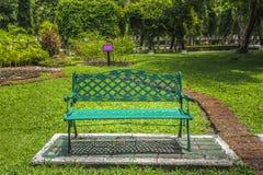 Stol i parken royaltyfri foto
