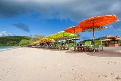 Stol och paraply på stranden Arkivfoton