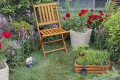 Stol och sängar i en trädgård arkivbild