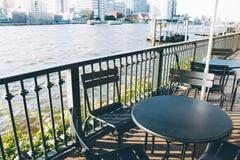 Stol- och skrivbordtabellen ställde in på balkongbesignen den flodChoa Pren Arkivbild