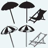 Stol- och strandparaply stock illustrationer