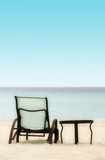 Stol och tabell på stranden royaltyfri bild
