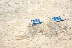 Stol på den sandiga stranden Tropisk strand för sommar- och semesterbegrepp Royaltyfri Bild