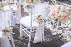 Stol som dekoreras med blommor i bröllop arkivbild