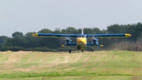 STOL van Dornier Do28 - Korte start en landende vliegtuigen stock videobeelden