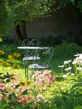 stolar arbeta i trädgården den sunlit tabellen Arkivfoton