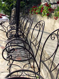stolar arbeta i trädgården rad Arkivfoto